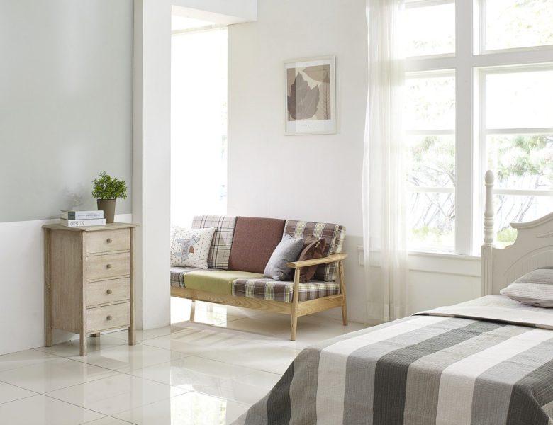 Dobieramy stolik nocny i komodę do sypialni – na co warto jest zwrócić uwagę?