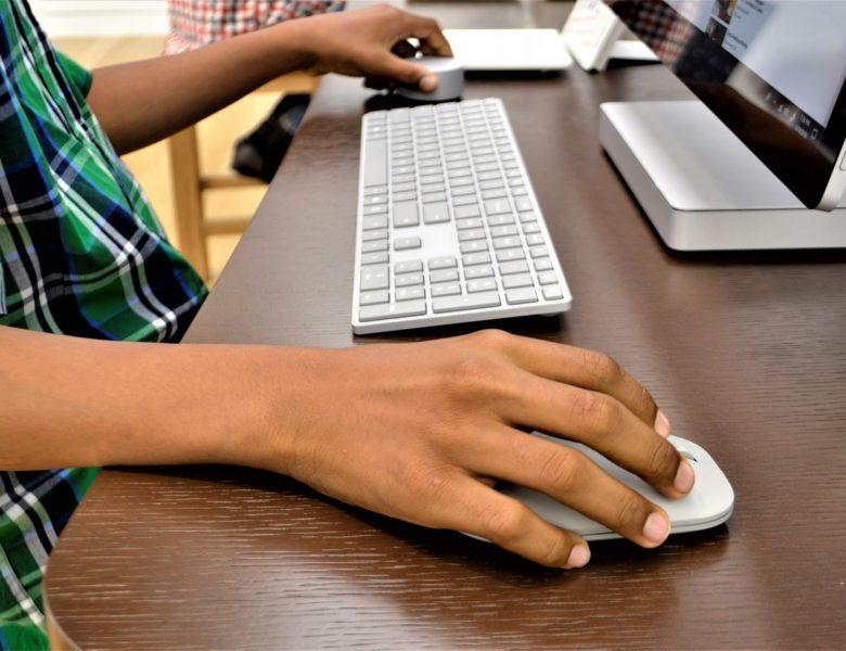 Jak wybrać biurko do pokoju młodzieżowego?